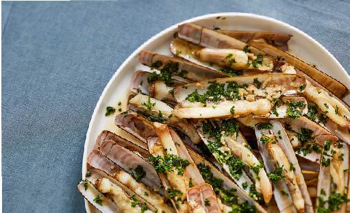 Bocadillo de navajas a la plancha con mojo de cilantro