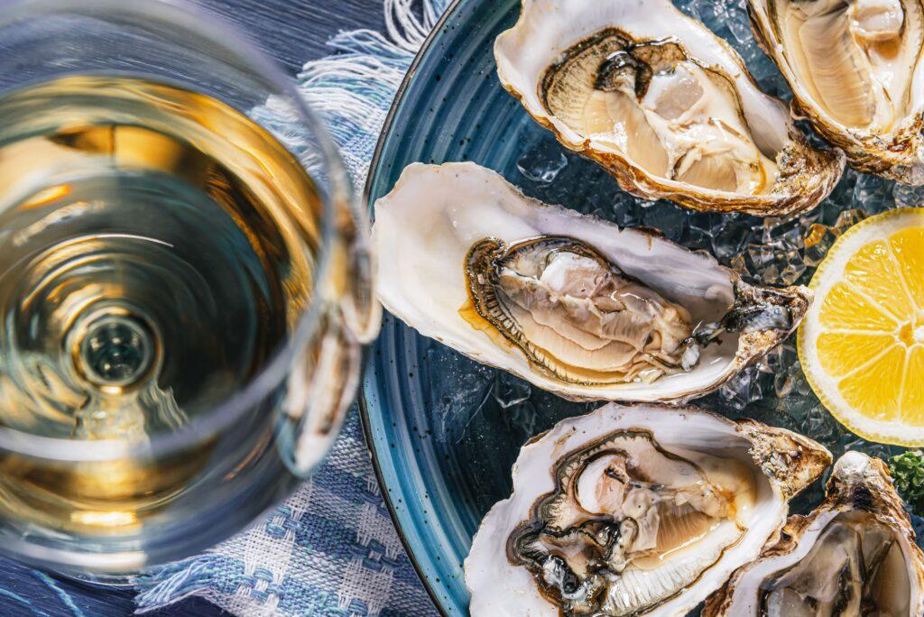 Las ostras son perfectas para maridar con espumosos, hay decenas de opciones pero con un buen Cava siempre saben deliciosas